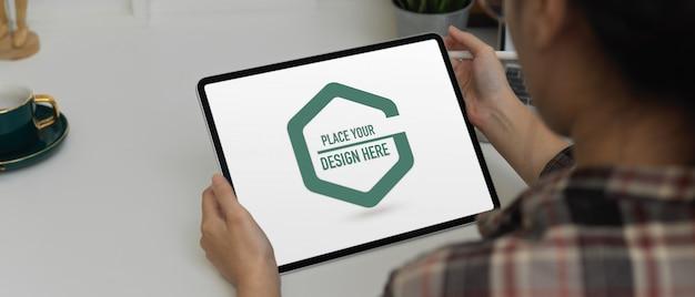 Home-office-schreibtisch mit mockup-tablet, kaffeetasse und dekorationen