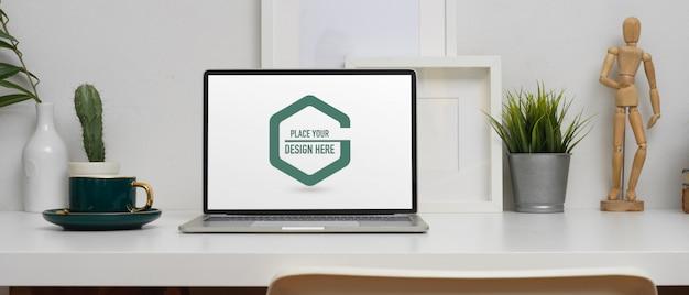 Home-office-schreibtisch mit modell laptop, kaffeetasse und dekorationen
