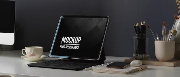 Home-office-schreibtisch mit tablet-modell, briefpapier, smartphone und zubehör