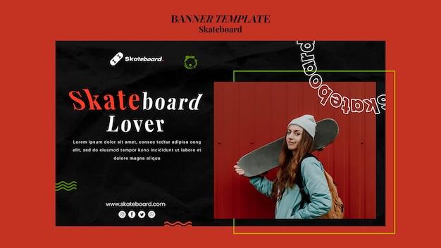 Horizontale fahnenschablone für skateboarding mit frau