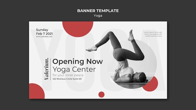 Horizontale fahnenschablone für yoga-klasse mit ausbilderin