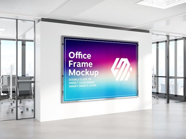 Horizontale plakatwand, die an bürowandmodell hängt