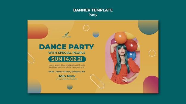 Horizontales banner für partyfeier mit frau und luftballons