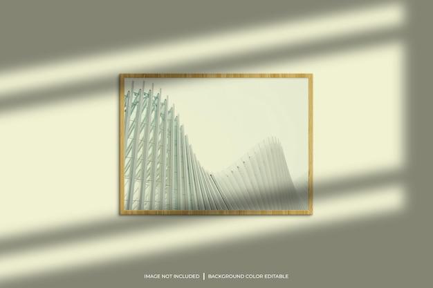 Horizontales fotorahmenmodell aus holz mit schattenüberlagerung und pastellfarbenem hintergrund
