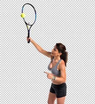 Hübsche frau, die tennis spielt