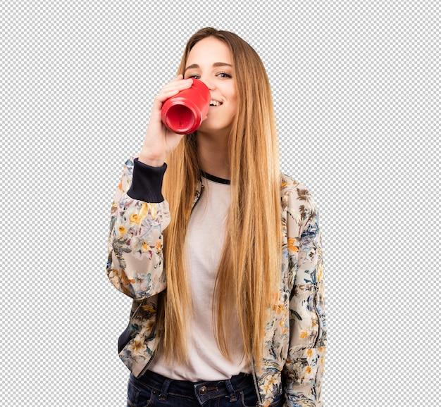 Hübsche junge frau trinkt eine cola