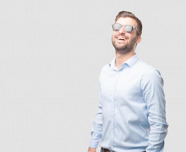 Hübsche junge mann mit sonnenbrille