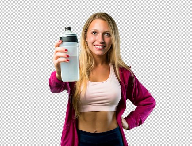 Hübsche sportfrau mit einer flasche wasser