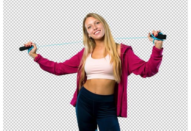Hübsche sportfrau mit springendem seil