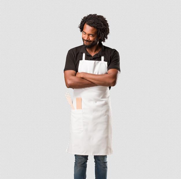 Hübscher afroamerikanerbäcker sehr verärgert und verärgert, sehr angespannt, schreiend wütend, negativ und verrückt