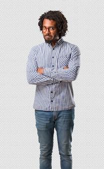 Hübscher afroamerikanermann des geschäfts sehr verärgert und aufgeregt, sehr angespannt, schreiend wütend, negativ und verrückt
