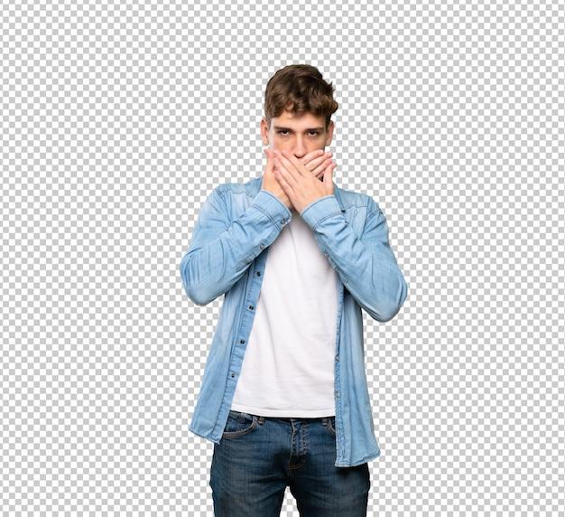Hübscher bedeckungsmund des jungen mannes mit den händen