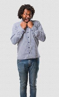 Hübscher geschäftsafroamerikanermann sehr glücklich und aufgeregt, arme anhebend und feiern einen sieg oder einen erfolg und gewinnen die lotterie