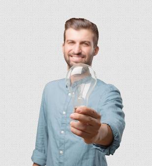 Hübscher junger mann mit glühlampe