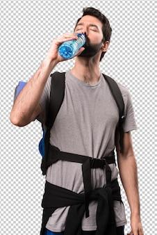 Hübscher wanderer mit einer flasche wasser