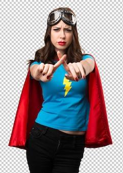 Hübsches superheldmädchen, das keine geste macht