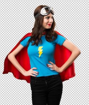 Hübsches superheldmädchen, das seitlich schaut
