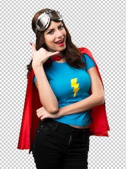 Hübsches superheldmädchen, das telefongeste macht