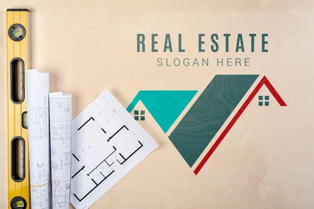 Immobilienslogan mit bauplänen