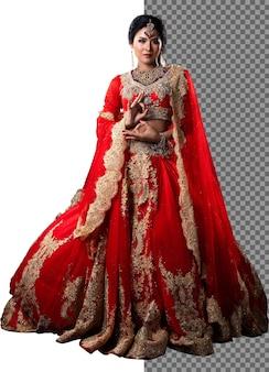In voller länge 20er jahre indische braut frau tragen rotes gold traditionelles indien hochzeitskleid kostüm, isoliert. schönes asiatisches lächeln glücklich in rotem rosa schleier und standblick in die kamera, studioweißhintergrund