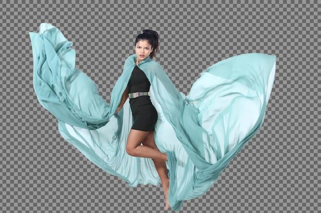 In voller länge 20er junge asiatin schwarzes haarrockkleid run and jump mit action-posen. gebräunte haut schlankes mädchen werfen grünes stofftuch in die luft und flatternde bewegungsunschärfe über weißem hintergrund isoliert