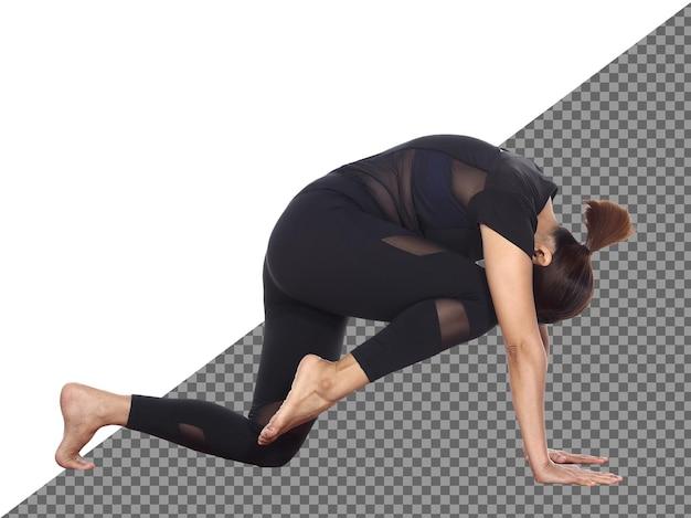 In voller länge schlanker körper tanned skin 30er 40er jahre asiatische yoga-frau im schwarzen spandex-kleid, isoliert. sport mädchen übung kurze schwarze haare praxis yoga fitness posen in meditation, studio weißer hintergrund
