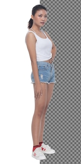 In voller länge teenager 15s 20s asian girl tragen weste kleid und kurze jeanshose sneaker, isoliert. schlanke gesunde frau steht und schaut selbstbewusst in die kamera, weißer studiohintergrund