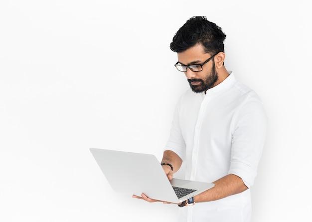 Indischer mann mit laptop-konzept