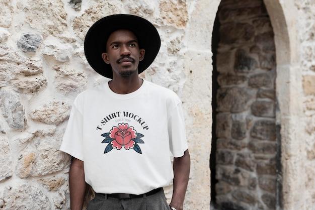 Individuelle echte person, die ein t-shirt-modell trägt