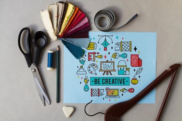 Inspirierend papier mit nähenden elementen herum