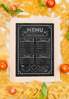 Italienische speisekarte und pasta draufsicht