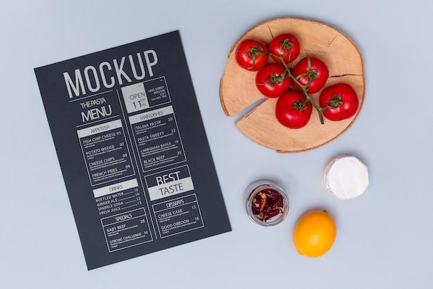 Italienisches lebensmittelkonzept mit draufsicht von tomaten