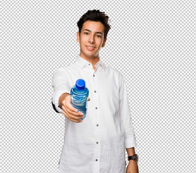 Jugendlicher, der eine wasserflasche anhält