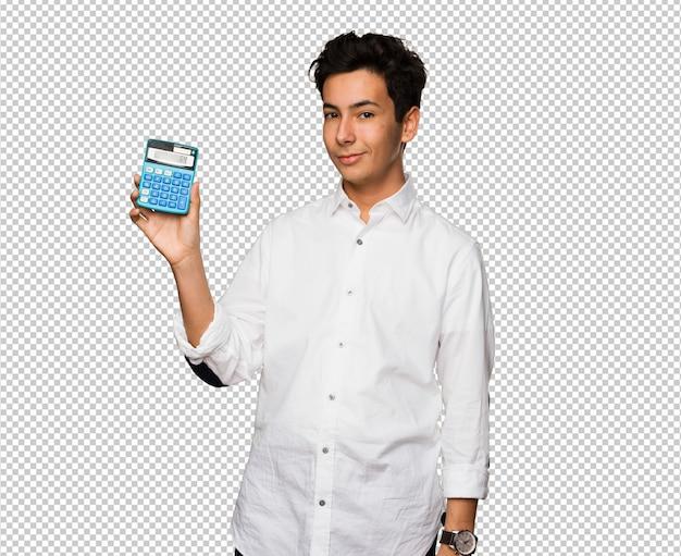 Jugendlicher, der einen taschenrechner hält