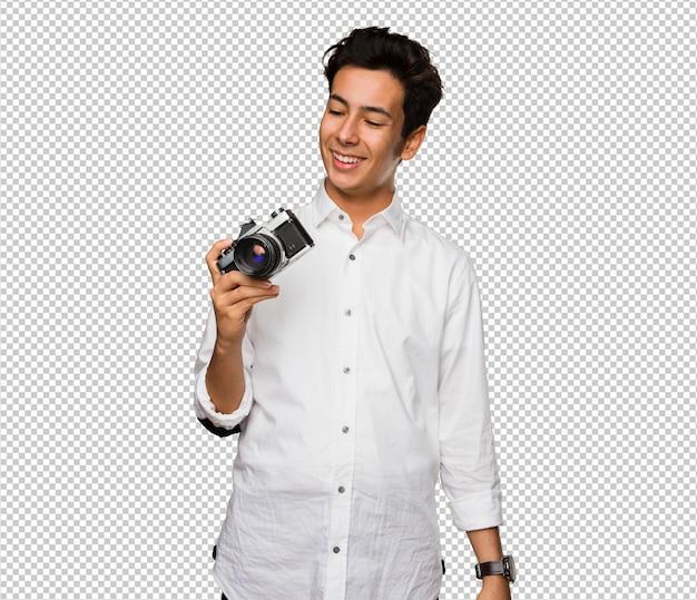 Jugendlicher, der fotos mit einer weinlesekamera macht