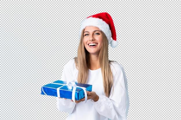 Junge blonde frau, die ein geschenk anhält