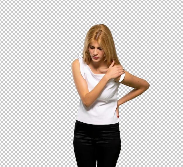 Junge blonde frau, die unter schmerzen in der schulter leidet, weil sie sich bemüht hat
