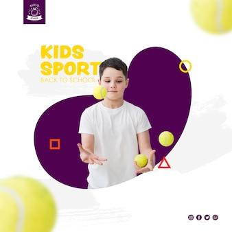 Junge, der mit tennisbällen jongliert