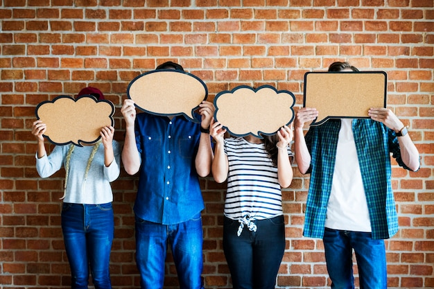 Junge erwachsene, die copyspace plakat gedankenblasen halten