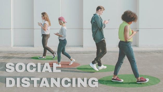 Junge erwachsene, die smartphones benutzen, während sie im freien spazieren gehen
