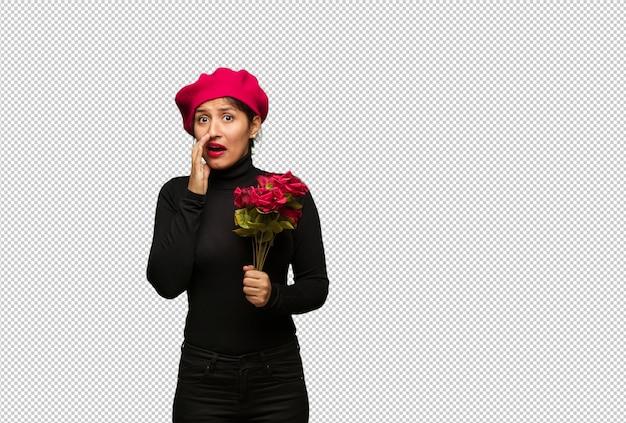 Junge frau am valentinsgrußtag sehr erschrocken und angst versteckt