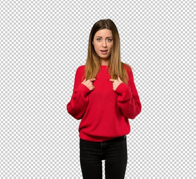 Junge frau mit roter strickjacke mit überraschungsgesichtsausdruck