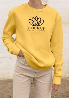 Junge frau trägt einen mock-up-kapuzenpulli