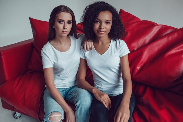 Junge frauen, die hemdmodellentwurf tragen