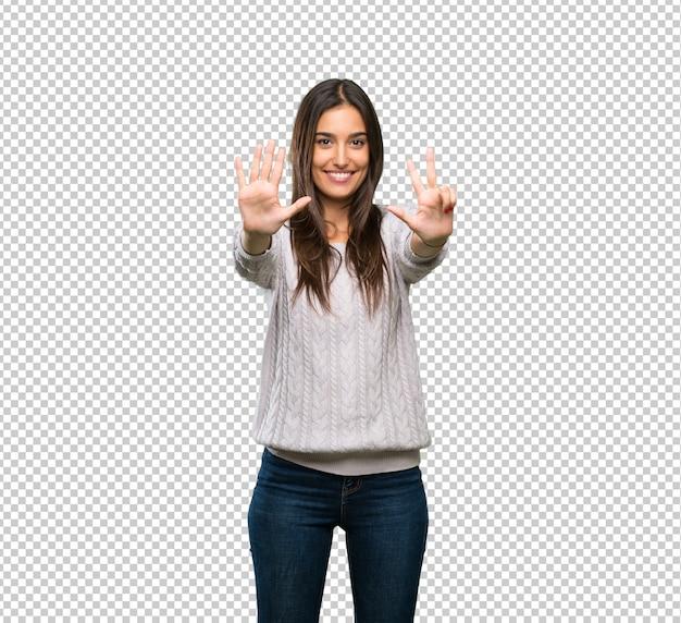 Junge hispanische brunettefrau, die acht mit den fingern zählt
