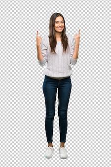 Junge hispanische brunettefrau, die oben eine großartige idee zeigt
