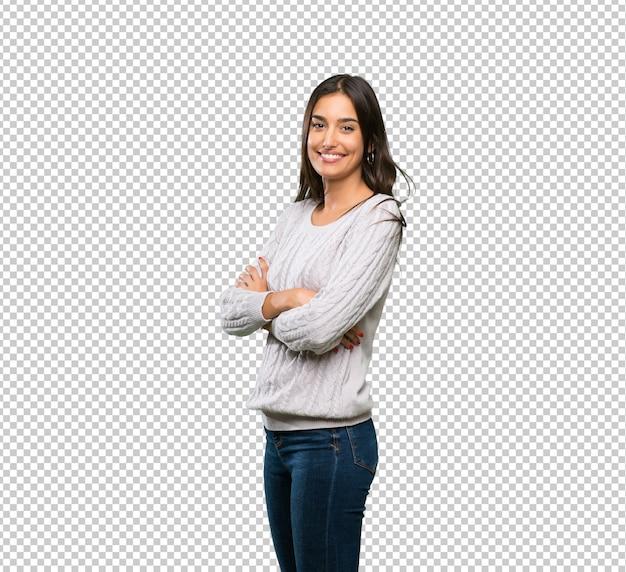 Junge hispanische brunettefrau mit den armen gekreuzt und vorwärts schauend