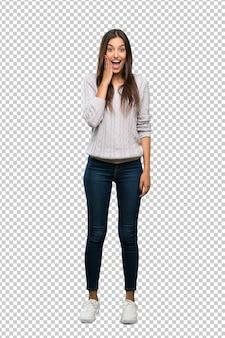 Junge hispanische brunettefrau mit überraschung und entsetztem gesichtsausdruck