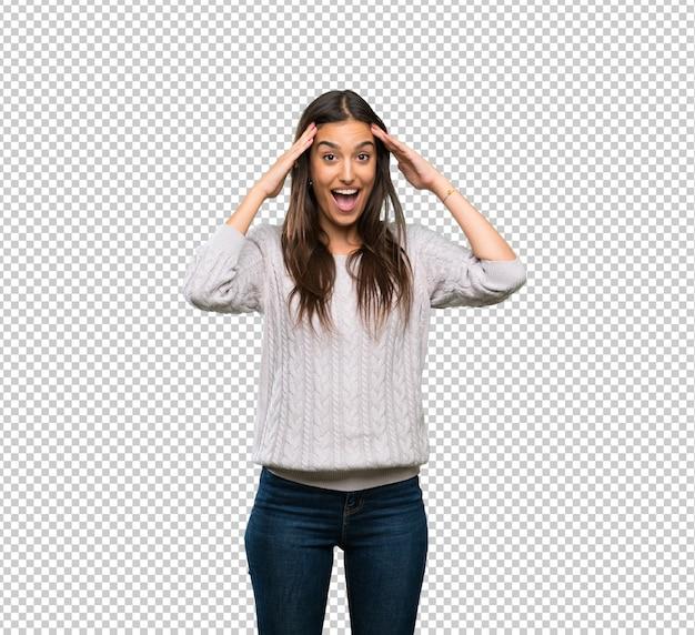 Junge hispanische brunettefrau mit überraschungsausdruck