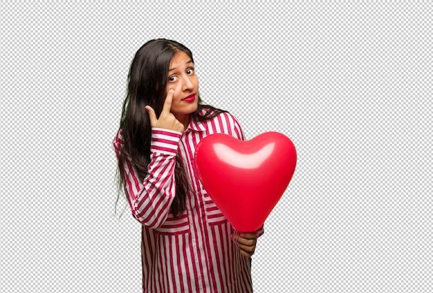 Junge indische frau, die valentinsgrußtag feiert